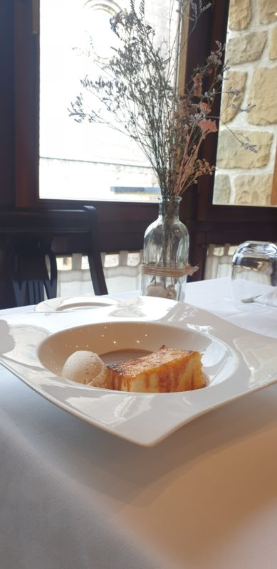 Torrija de Brioche casera caramelizada sobre intxaur-saltsa con helado de nata y nuez.